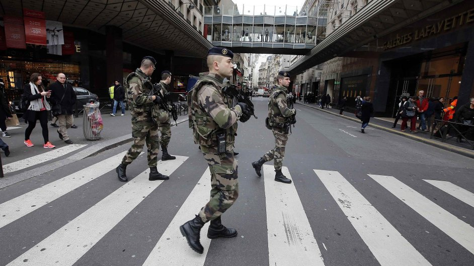 Francouzská policie v Paříži stále pátrá po partnerce útočníka, který v pátek přepadl obchod s košer potravinami.