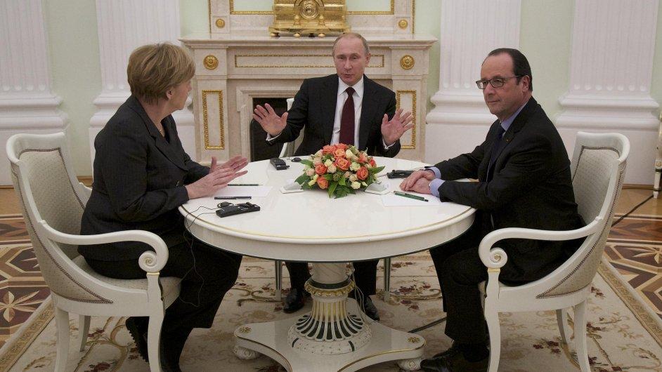 Angela Merkelová, Francois Hollande a Vladimir Putin u kulatého stolu.