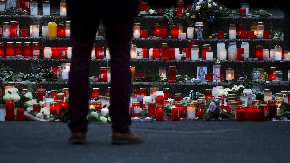 Po celém světě se zapalují svíčky za oběti leteckého neštěstí.