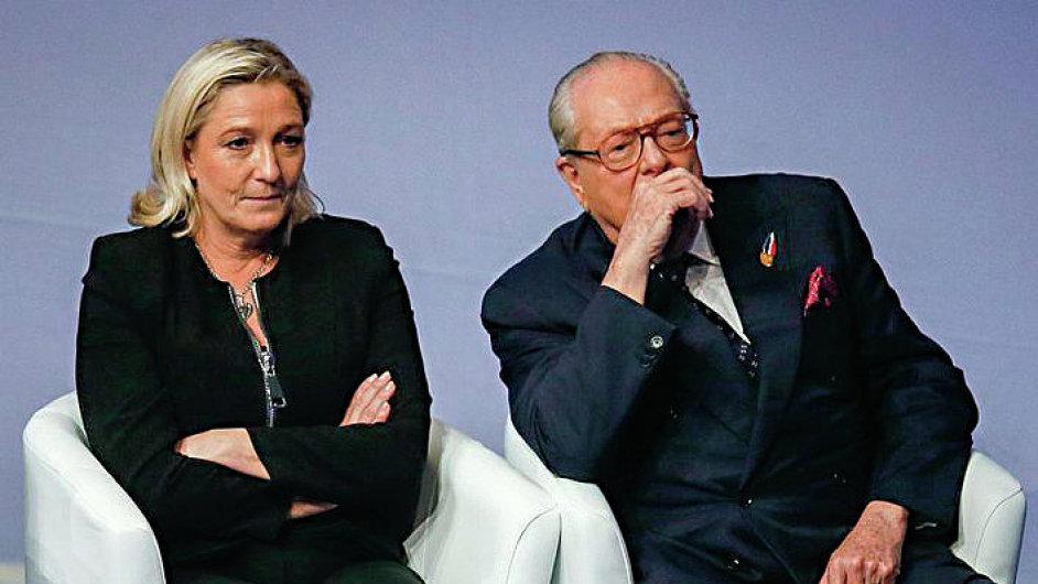 Zakladatel francouzské strany Národní fronta Jean-Marie Le Pen v úterý slovně napadl svou dceru za pozastavení členství ve straně.