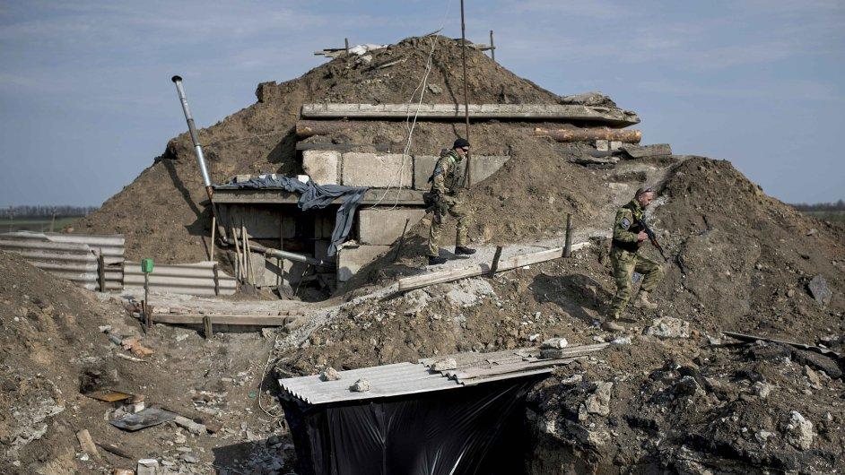 Ukrajinský voják kráčí na svou pozici na východě Ukrajiny.