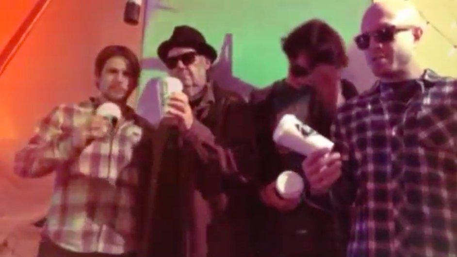 Neil Young novou píseň hraje se syny countryového zpěváka Willieho Nelsona.