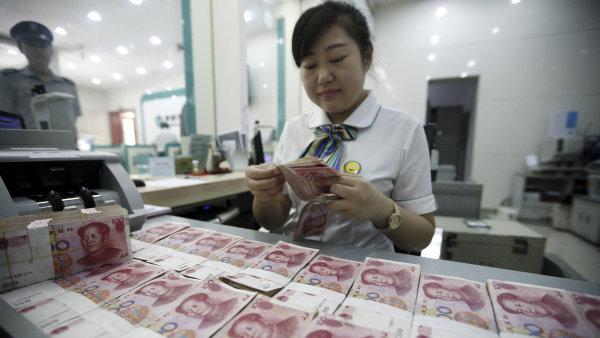 Bankéřka v Huaibei počítá jüany.