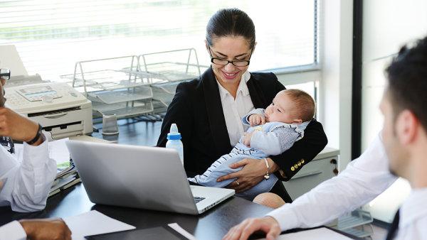 Aby se rodině brzký návrat maminky do práce vyplatil, musela by vydělávat opravdu hodně - Ilustrační foto.
