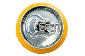 Češi v průměru vypijí pouze dva litry energetických nápojů za ročně. Proč ale byznys s energií v plechovce stále roste?