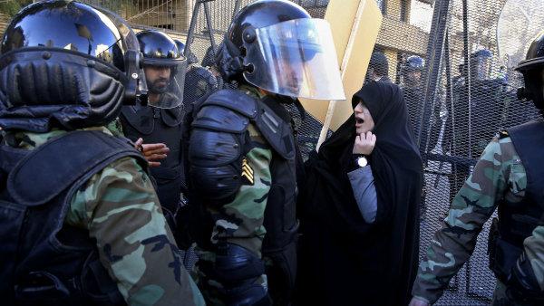 Policie rozhání demonstranty před saúdskoarabskou ambasádou v Teheránu.