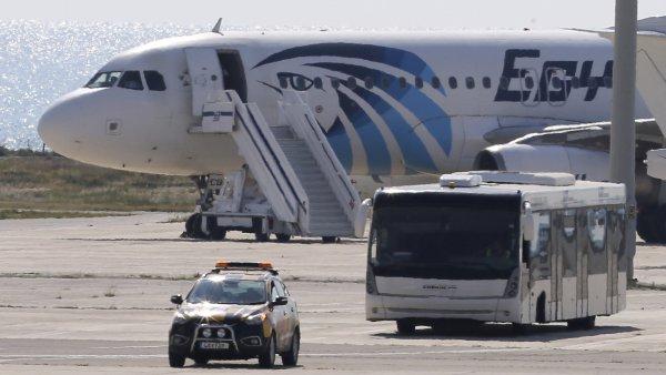 Autobus odv�� n�kter� cestuj�c� z egyptsk�ho letadla.