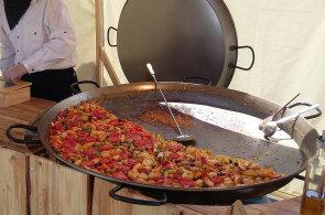 Z�pisky protivn�ho hosta: Klob�sy, lango�e, ale i paella. St�nky na hudebn�ch festivalech roz�i�uj� reperto�r
