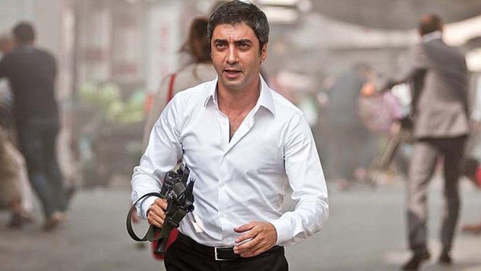 Herec Necati Sasmaz v roli tajného agenta Polata Alemdara ve snímku Údolí vlků: Palestina.
