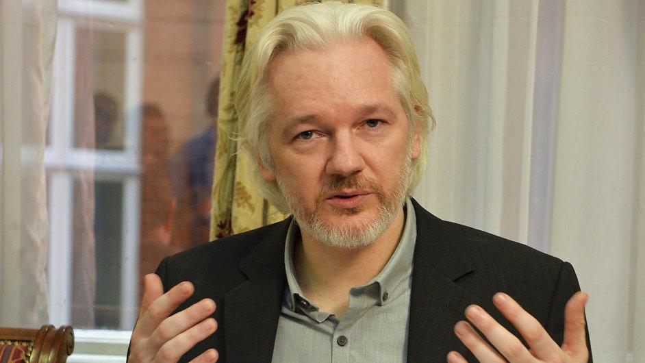 Mezinárodní zatykač na Juliana Assange je platný. Šéf WikiLeaks nadále zůstává na ekvádorské ambasádě v Londýně.