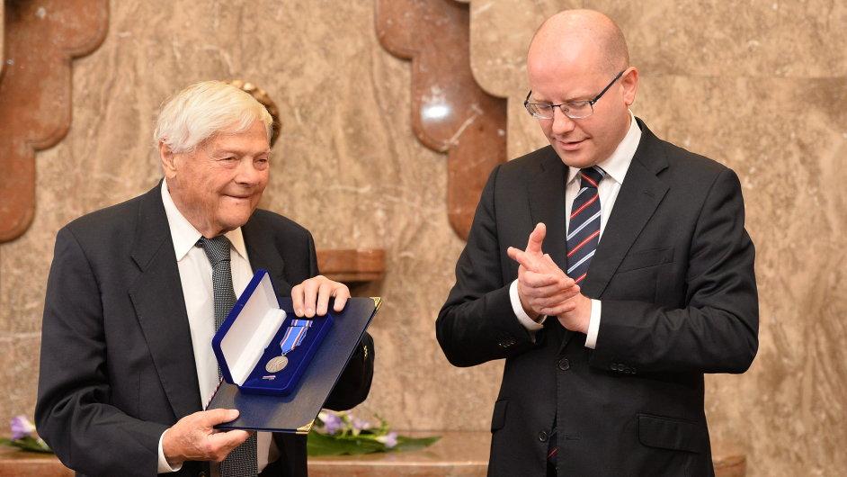 Jiří Brady převzal od Sobotky pamětní medaili Karla Kramáře.