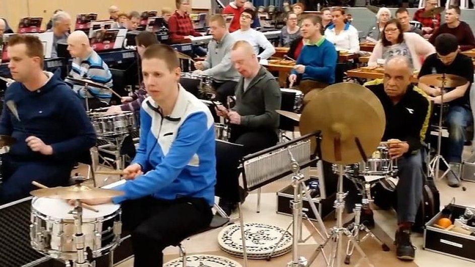 Poslechněte si nejveselejší orchestr světa. Jostiband tvoří lidé s mentálním postižením.