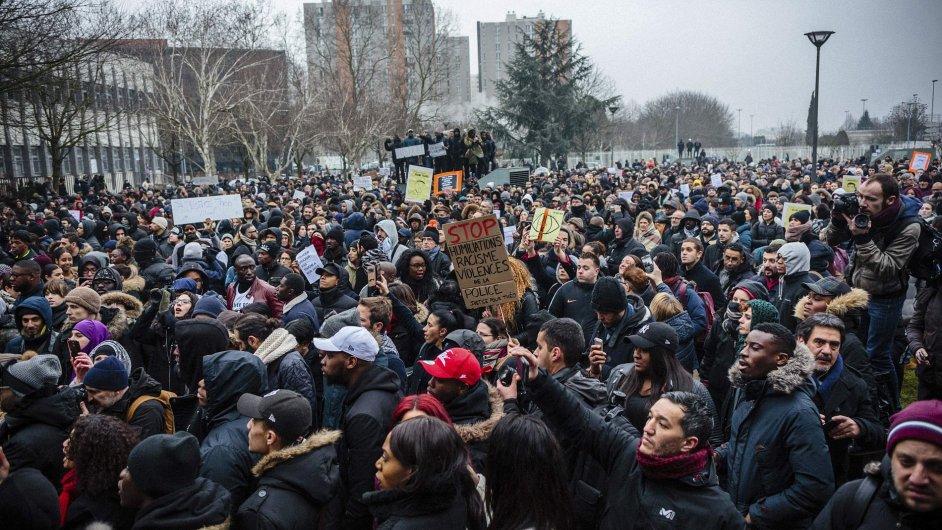 Protestující lidé na pařížském předměstí Bobigny.