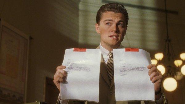 Ve filmu Chyť mě, když to dokážeš z roku 2002 hlavní role ztvárnili Leonardo DiCaprio (na snímku) a Tom Hanks, do českých kin snímek vstoupil v únoru 2003.