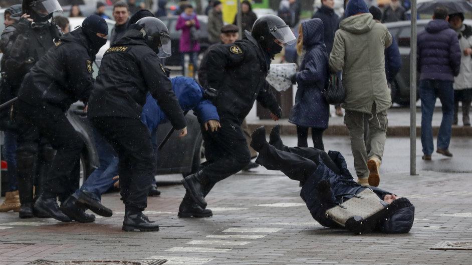 V Bělorusku nepokoje pokračují i v neděli.