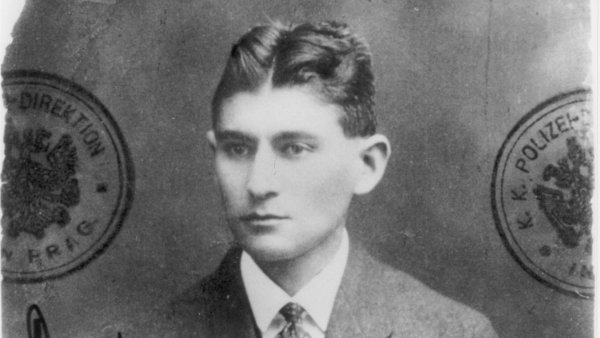 Zhruba dvaatřicetiletý Franz Kafka je na pasové fotografii z let 1915 či 1916.