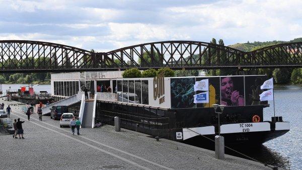 Na náplavce u pražské Výtoně zakotvila loď plná osobních věcí zpěváka Karla Gotta.