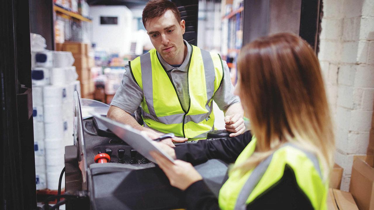 Evropa, a Česko speciálně, již několik let trpí nouzí o pracovníky v logistice a dopravě. Firmy proto volí nové strategie, například spolupráci s věznicemi či bonusy za docházku.