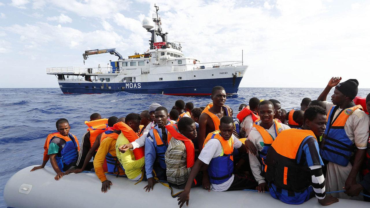 Běžencům, kteří při plavbě do Evropy riskují životy, napomáhá i soukromá loď Phoenix.