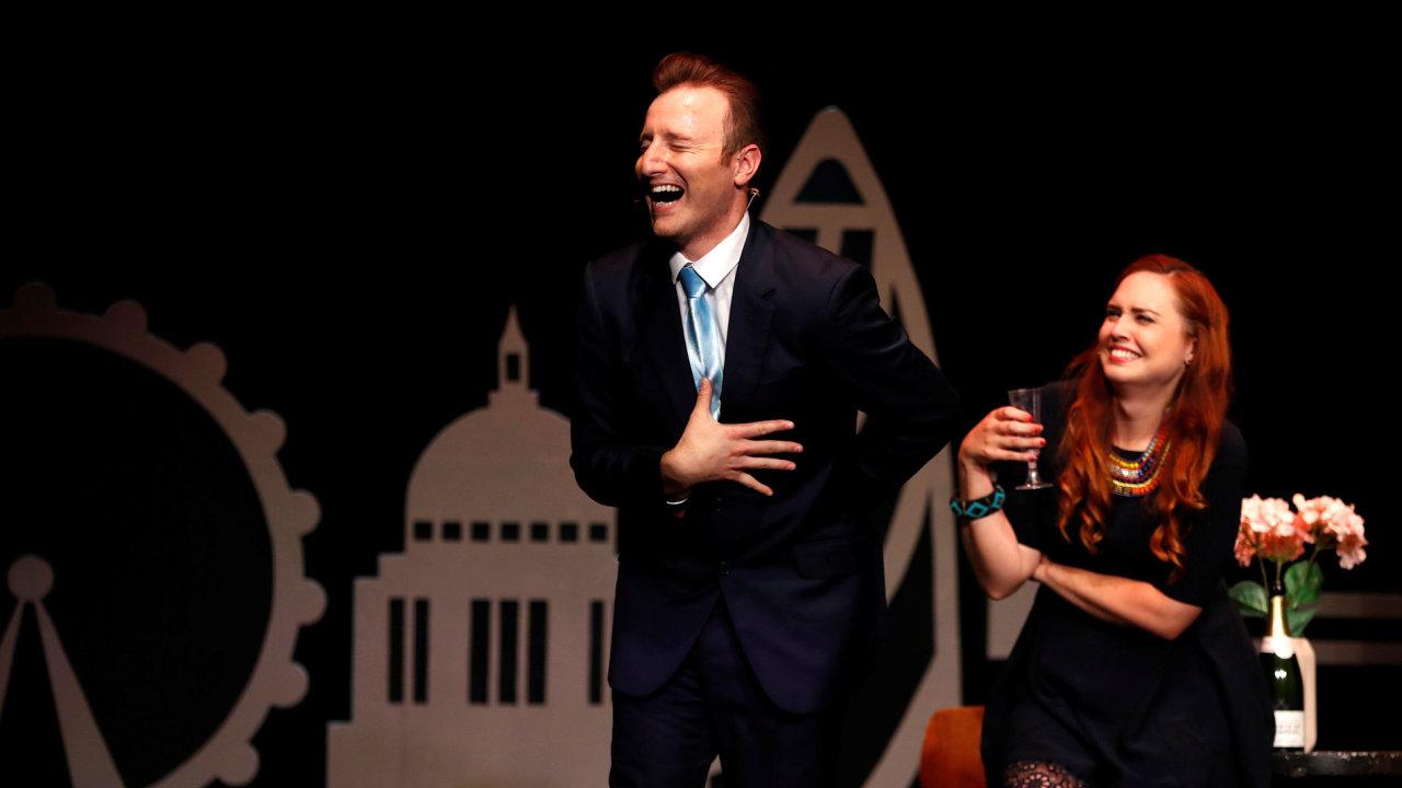 Kromě Trumpa hry na festivalu zesměšňují také britské politiky. Fotografie herců imitujících britského premiéra Camerona s manželkou pochází z inscenace Brexit: The Musical.