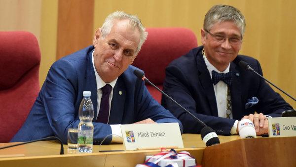 Prezident Miloš Zeman zahájil v Ostravě na krajském úřadu třídenní návštěvu Moravskoslezského kraje. Vpravo je hejtman Ivo Vondrák.