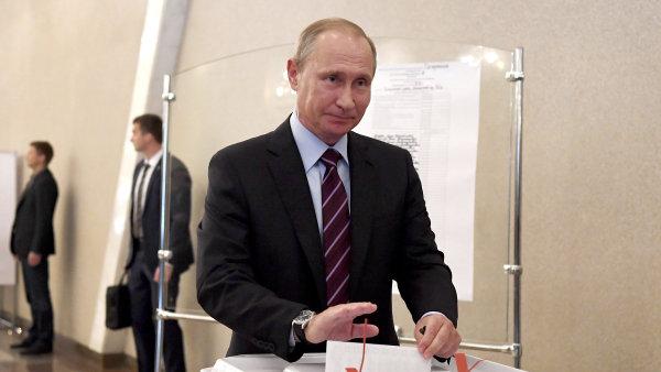 Ruský prezident Vladimir Putin během komunálních voleb v Gagarinově obvodu.