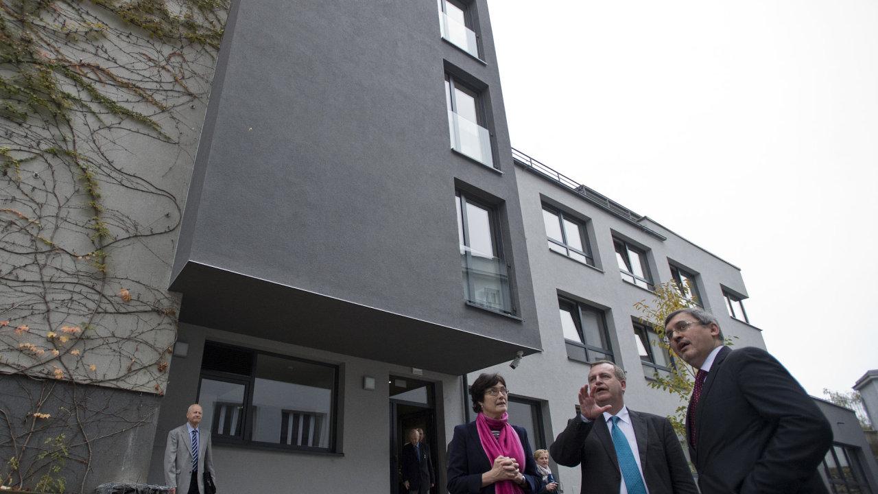Před budovou v pražské Gabčíkově ulici jsou zprava rektor Univerzity Karlovy Tomáš Zima, ředitel Masarykova ústavu a archivu Akademie v ěd Luboš Velek a předsedkyně Akademie věd Eva Zažímalová.