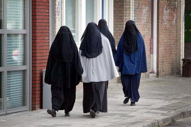 Burka a nikáb, tedy oděvy, které ženám zakrývají celé tělo včetně obličeje, se už v Dánsku nesmí nosit - Ilustrační foto.