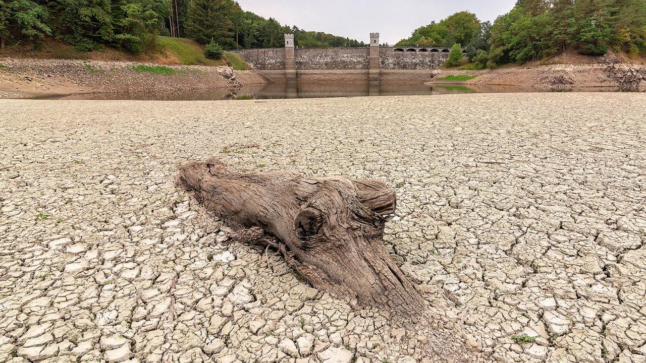Vyschlý Pařížov: Zřejmě poprvé odroku 1913 se dá přehrada naChrudimsku přejít suchou nohou. Vpovodí Labe aOhře je situace nejzávažnější.