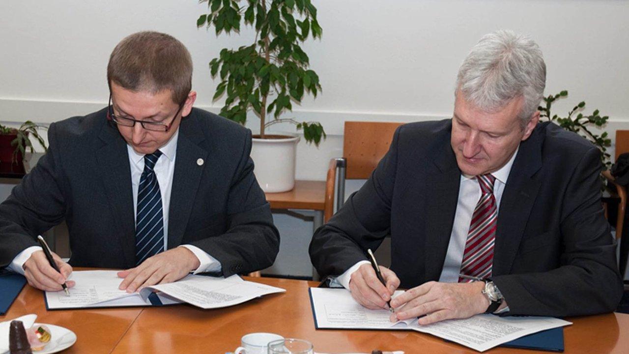 Na snímku je Zdeněk Soukal, obchodní ředitel GE Aviation a Petr Konvalinka, rektor ČVUT (vpravo).