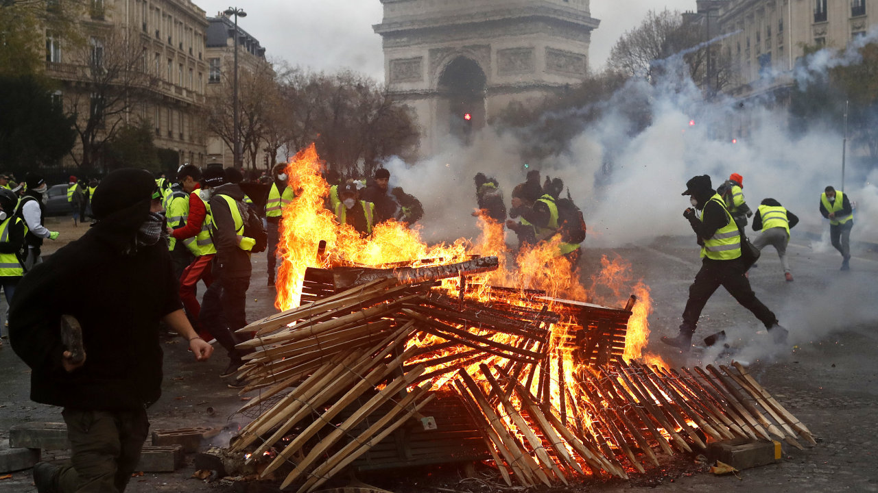Protesty proti zdražování v Paříži.