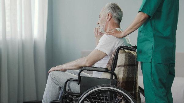 Jiná realita Julie Hrstkové: Příspěvky na domácí péči polykají ústavy