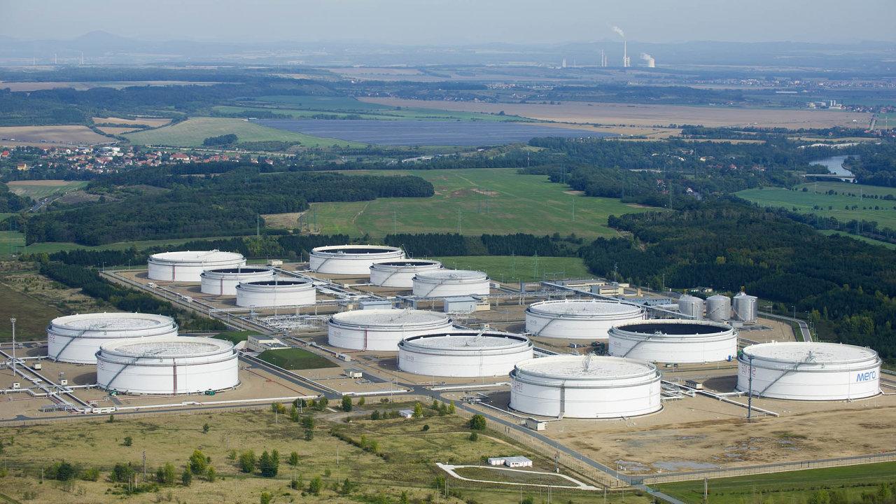 Zásobníky společnosti Mero v Nelahozevsi. Právě tato státní firma spravuje českou část ropovodu Družba.