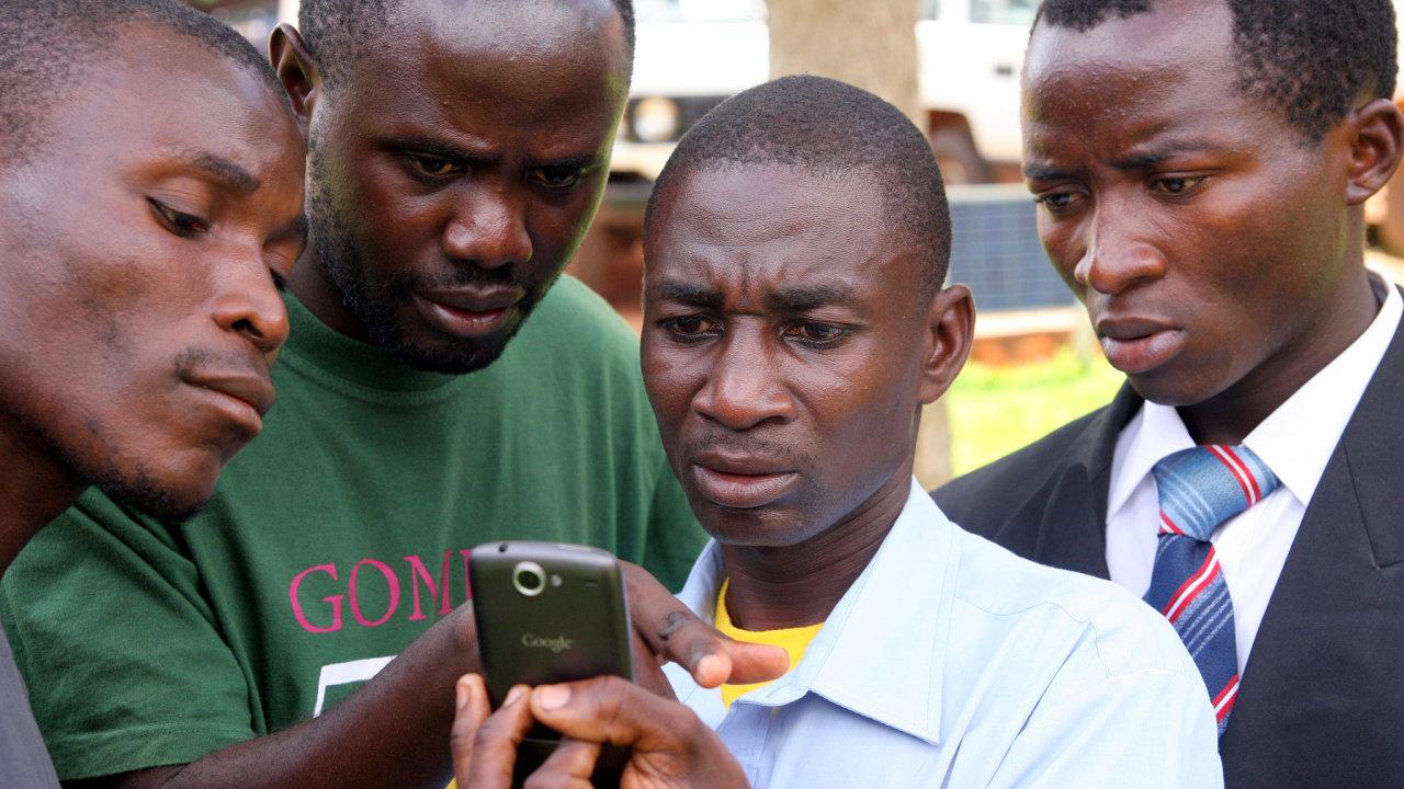 Telefony jiných značek než čínské Transsion jsou pro mnohé Afričany drahou záležitostí.