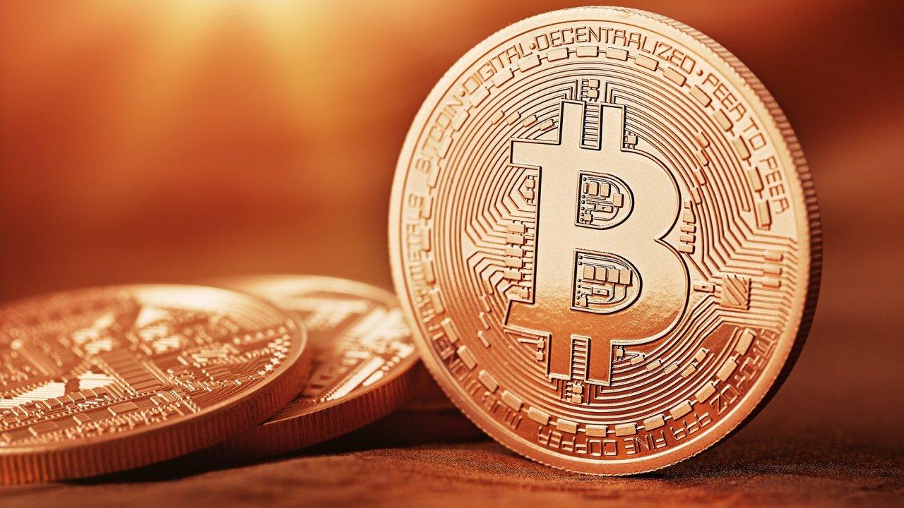 Virtuální měna bitcoin už láká i největší hráče na investičním trhu.