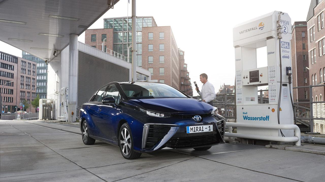Tankování vodíkové Toyoty Mirai.