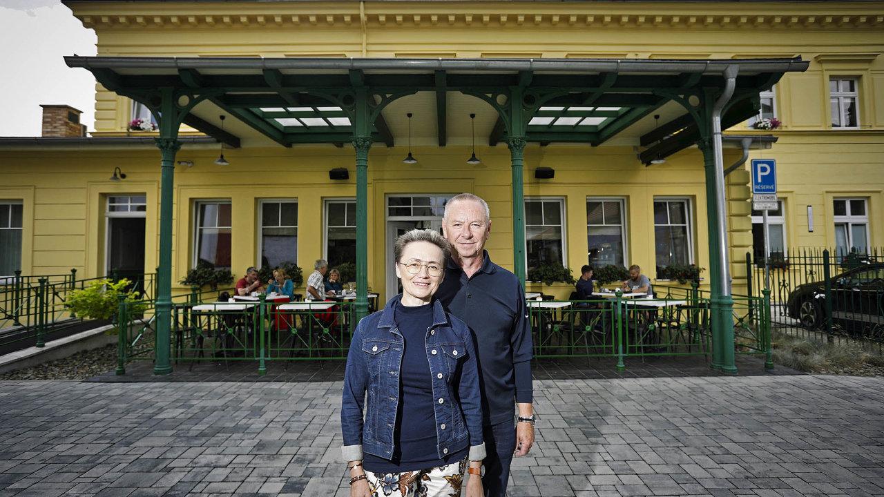 Manželé Jana a Miroslav Plíhalovi vdechli druhý život nevyužívané zastávce Litoměřice-město. Proměnili ji v kavárnu, kterou nazvali Káva s párou.
