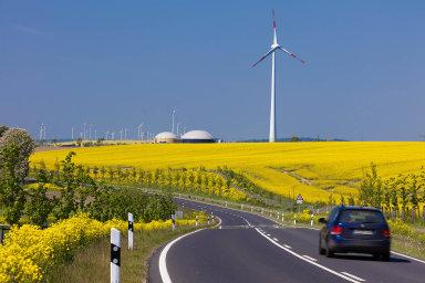 První hybridní elektrárna nasvětě zahájila činnost vříjnu 2011 vněmeckém Prenzlau. Tři větrné turbíny, každá ovýkonu 2,3 MW, jsou přímo propojené selektrolyzérem, který vyrábí vodík.