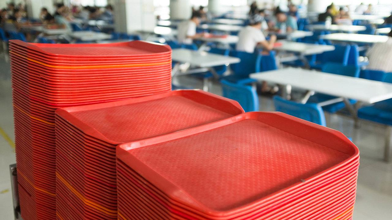 Mnozí čeští zaměstnavatelé ijejich pracovníci si začínají stále více uvědomovat, že jedna z podmínek spokojenosti zaměstnance je to, aby mu firma zařídila kvalitní stravování.