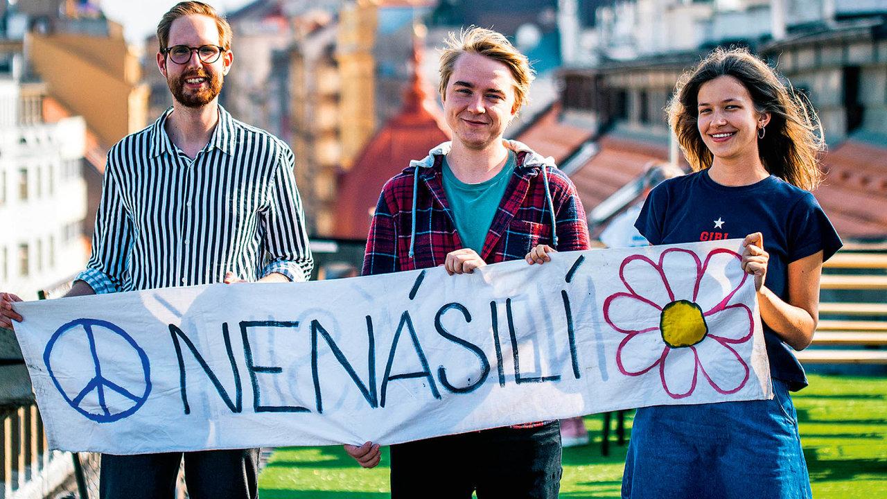 Autoři knihy demonstraci na Národní třídě nezažili, narodili se až v 90. letech. Zleva: Matouš Hartman, Michal Beck a Alžběta Ambrožová. Anna Palánová pobývá v současné době v zahraničí.