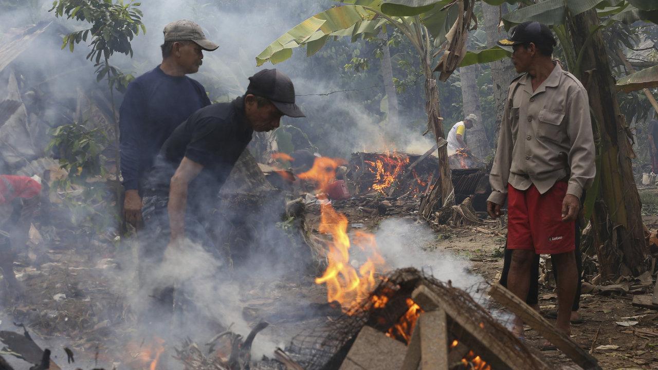 Lidé uklízí trosky po vlně tsunami v Indonésii.