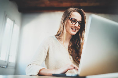 Téměř dvě třetiny Evropanů si vybírají na internetu zboží prostřednictvím vyhledávačů. A zhruba polovina obyvatel Evropy si před nákupem přes internet prověří nabídky přes některý webový srovnávač.