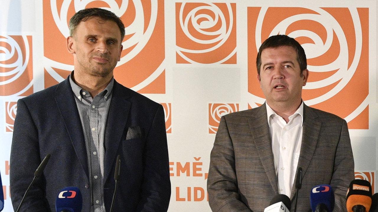 Bývalý jihočeský hejtman Jiří Zimola tento týden rezignoval nafunkci krajského šéfa sociální demokracie. Vedle něho stojící předseda ČSSD Jan Hamáček se marně snaží zvednout volební preference strany.