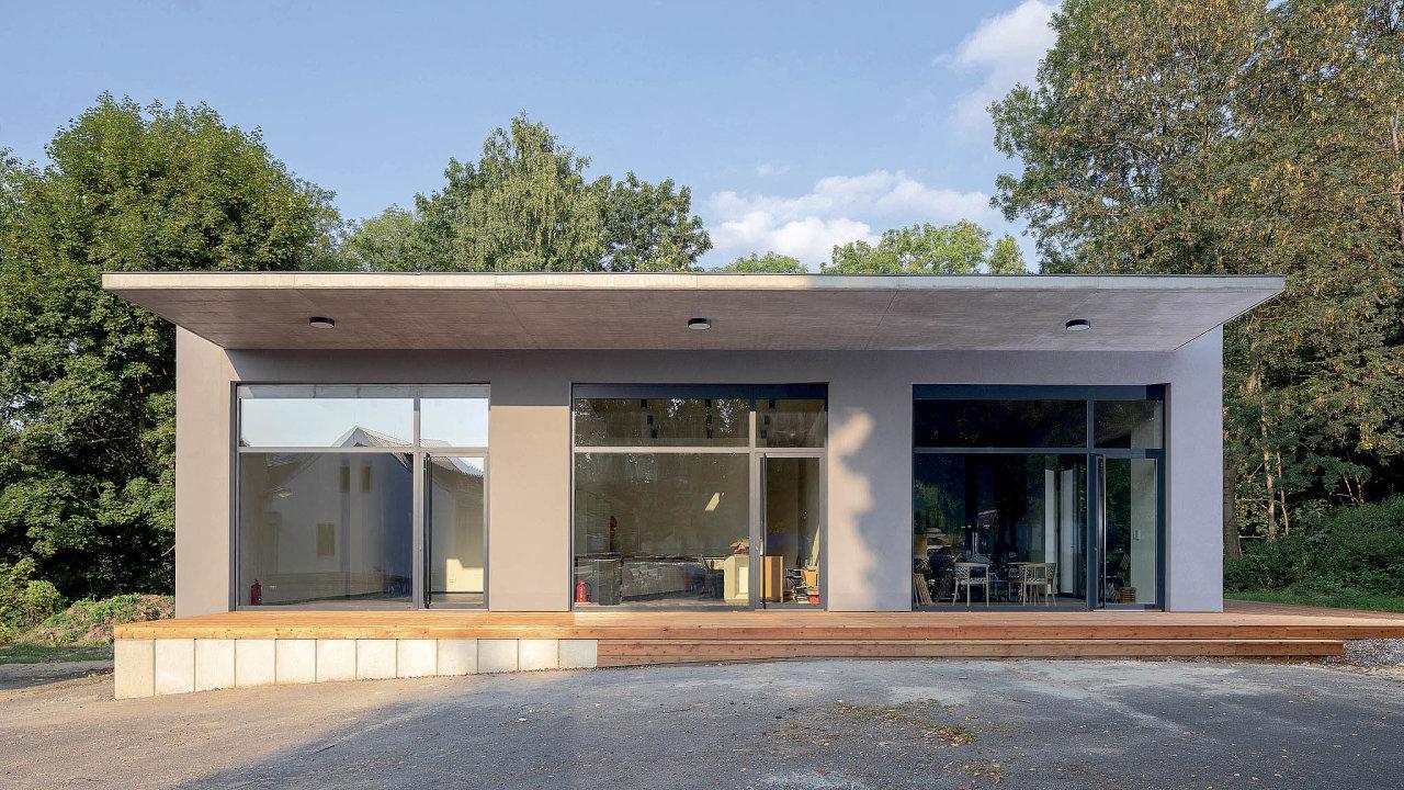 Nevyužívané garáže lze snadno proměnit vužitečnou víceúčelovou stavbu, která místu přináší oživující energii. Kombinuje sevní beton, sklo adřevo.