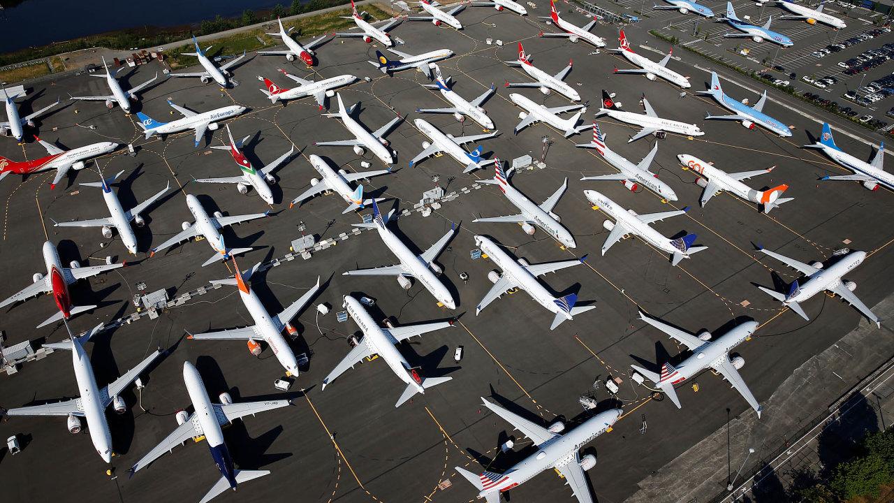Maxy měly být pro Boeing prodejním trhákem. Místo toho teď se zákazem létání stojí nazemi ačekají napovolení. Aerolinky ale mezitím začínají zvažovat, zda nové stroje vůbec potřebují.