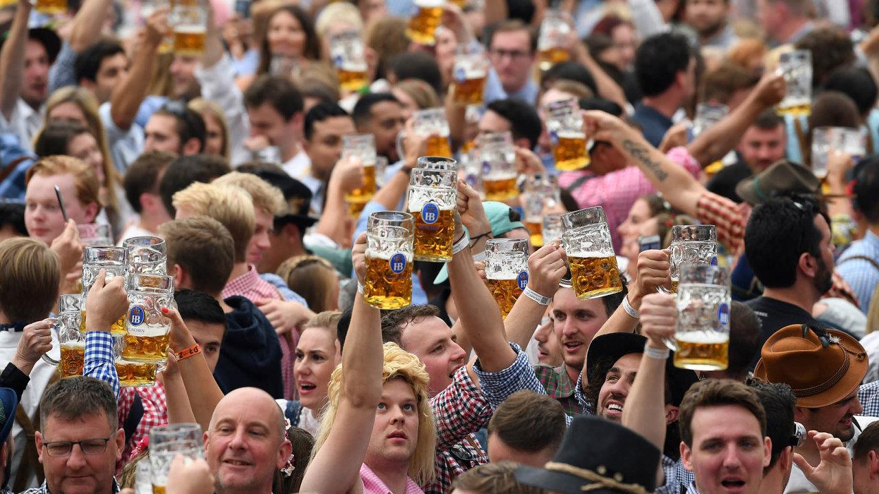 Tradice avirus. Pití piva asdružování nafestivalech ivhospodách jsou vbavorské tradici silně zakořeněné veličiny. Vkoronavirových časech musí lidé festy oželet.