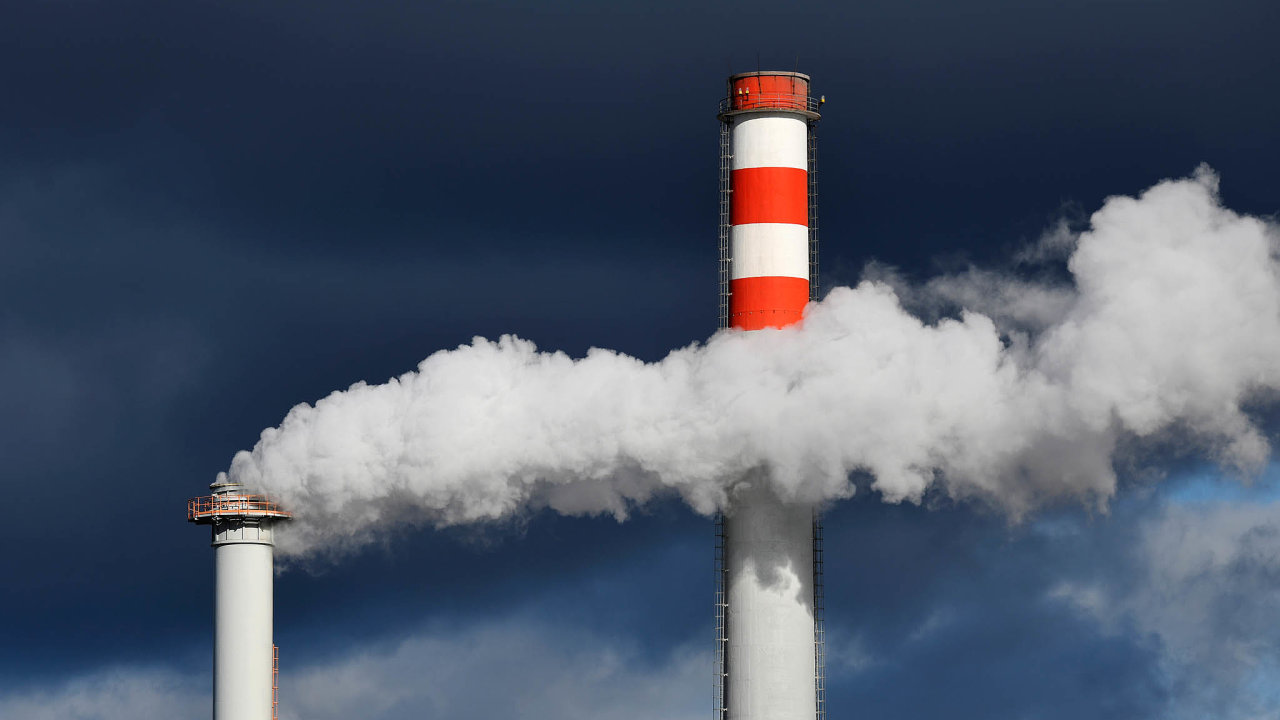 Nejvíce pociťují dopady drahých emisních povolenek tuzemské teplárny. Na snímku jsou komíny Plzeňské teplárenské.
