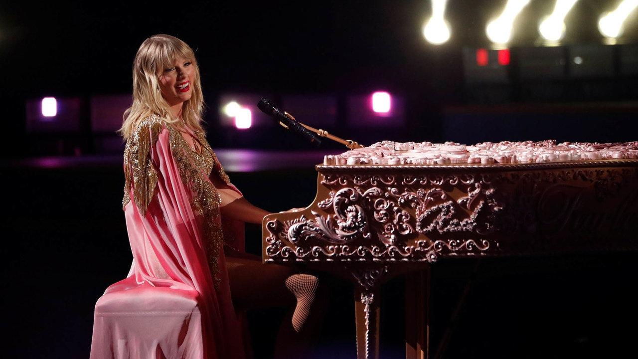 Americká zpěvačka Taylor Swiftová získala při udílení hudebních cen American Music Awards (AMA) pošesté cenu pro umělce roku.