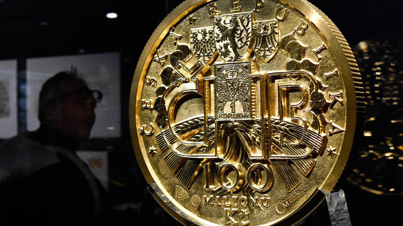 Zlatý kolos.Autorem návrhu druhé největší zlaté mince nasvětě asoučasně největší mince vEvropě je akademický sochař Vladimír Oppl.