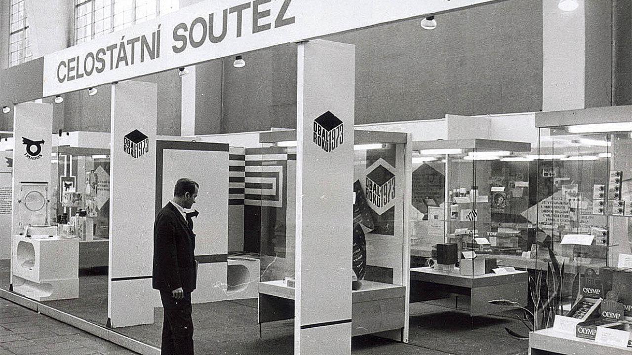 Na snímku zroku 1973 jsou exponáty obalové soutěže na veletrhu Embax. Organizátorem soutěže byl Imados, na jehož půdě vznikl v 90. letech Obalový institut SYBA. Ten soutěž oživil a přetavil do moderní podoby.